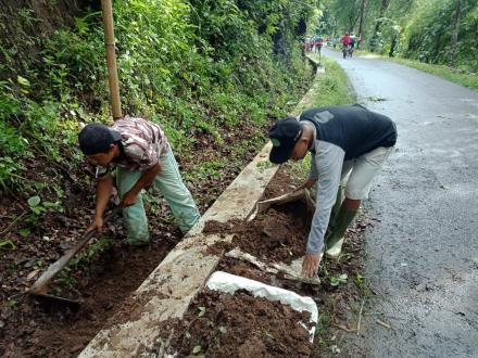 Kerjabakti pengerukan Saluran Air oleh Warga Dusun Pengkol